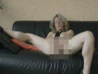 Dildo im Arsch - reife Frau verwöhnt sich selbst